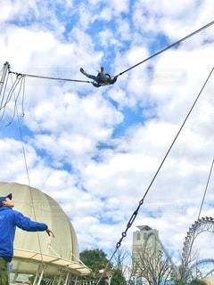 空に向かってジャンプの写真・画像素材[2855117]