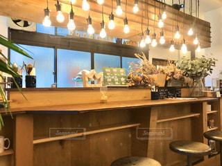 ふと立ち寄ったカフェのカンター席の照明がいっぱいでしたの写真・画像素材[2860111]