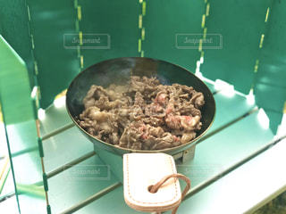 キャンプで料理、ちびフライパンで肉を焼くの写真・画像素材[2878983]