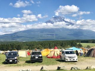 富士山をバックに色とりどりのテントが並ぶの写真・画像素材[2893390]