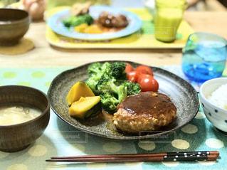 やっぱり家で食べるお母さんの手作りハンバーグ。子供も大好きです。の写真・画像素材[2895656]