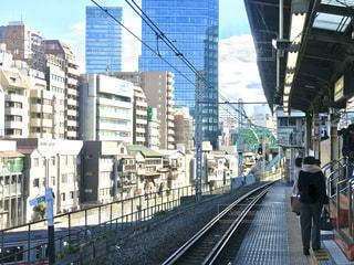 御茶ノ水駅から見る秋葉原の高層ビル。神田川沿いの雑多の風景とのコントラスト。の写真・画像素材[2912820]
