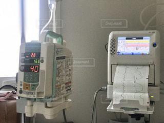 お産の時にポコポコ音のする赤ちゃんの心拍モニターなどの医療機器の写真・画像素材[2915879]