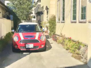駐車場に赤い車がある風景を絵画での写真・画像素材[2973230]