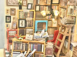 家具と本でいっぱいの部屋のミニチュアの写真・画像素材[3042988]