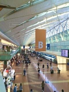 旅行する人で賑わう羽田空港。 焦点加工で人物が判別されないようにしています。の写真・画像素材[3542735]