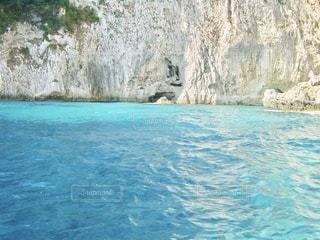 イタリア、青の洞窟の近くの青い海の写真・画像素材[3547321]