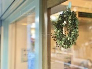 お店の入り口にかわいいリースが飾ってありましたの写真・画像素材[3630718]