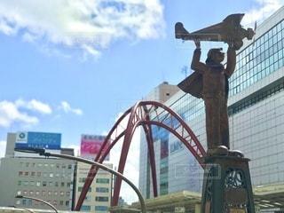 立川駅前の銅像と空。飛行機で飛ぶには気持ちよさそうな青空です。の写真・画像素材[3640199]