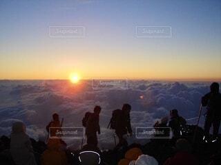 富士登山、ご来光と空の雲の群  前に出品した写真をレタッチ変えて出し直しの写真・画像素材[3689669]