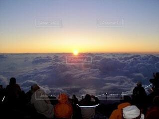 富士登山、ご来光と空の雲の群  前に出品した写真をレタッチ変えて出し直しの写真・画像素材[3689670]