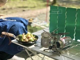 キャンプ 飯 アヒージョの準備の写真・画像素材[3695813]
