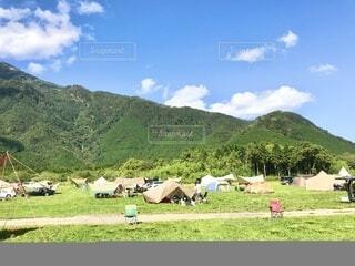 山と空とテントの写真・画像素材[3695814]
