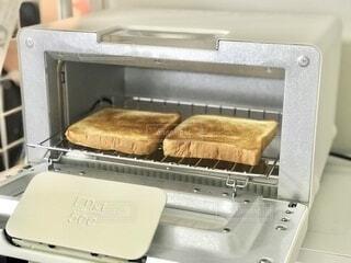 オシャレトースターに変えたので、早速食パンを焼いてみました。最近のトースターはすごいですね!の写真・画像素材[3747087]