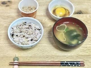 雑穀米のご飯と味噌汁。シンプルで素朴な食事の写真・画像素材[3779383]