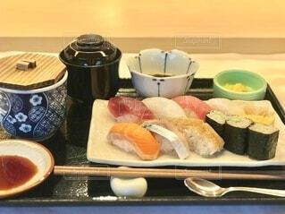 健康診断に付いてくるお寿司ランチ。 何ヶ月ぶりの外食だろうか。の写真・画像素材[3794772]