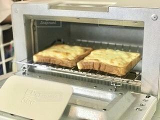 朝食の準備。チーズトーストが美味しそうに焼けました。の写真・画像素材[3881751]
