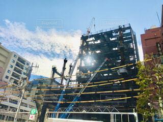 ビルの建設現場の後ろから差し込む光の写真・画像素材[3936144]