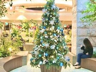 ショッピングモールで見つけたクリスマスツリー 焦点加工で人物が判別されないようにしています。の写真・画像素材[3938300]