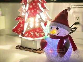 クリスマスツリーと雪だるまの電飾の写真・画像素材[3949697]