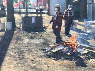 通りかかった神社でやってたお焚き上げ。  焦点加工で人物が判別されないようにしています。の写真・画像素材[4016549]
