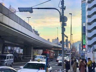 信号待ちで見上げる都会の夕焼け 焦点加工で人物が判別されないようにしています。の写真・画像素材[4077870]