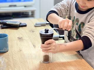 コーヒー豆をガリガリ。子供が頑張ってくれました。の写真・画像素材[4154154]