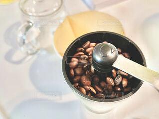 ミルに珈琲豆を入れて挽くの写真・画像素材[4239497]