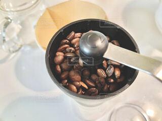 ミルに珈琲豆を入れて挽くの写真・画像素材[4239558]