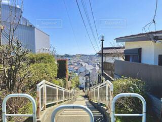 坂道と階段と青い空の写真・画像素材[4247551]