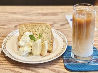 カフェで一服。バナナのシフォンケーキとカフェオレ。の写真・画像素材[4283472]