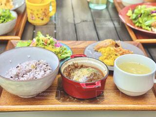 古民家カフェの煮込みハンバーグとDELI盛り合わせランチの写真・画像素材[4327659]