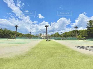 青空の下のテニスコートの写真・画像素材[4378616]
