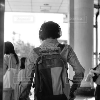 通りを歩いている人々のグループの写真・画像素材[3062851]