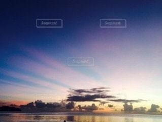 背景に夕日があるの写真・画像素材[3062817]