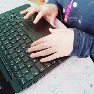 ラップトップコンピュータを使っている子供の写真・画像素材[3212643]