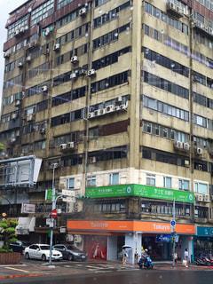 高層ビルに囲まれた交通で満たされた街の通りの写真・画像素材[3110406]