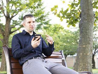 公園で怒りを露わにしている外国人男性の写真・画像素材[3820964]