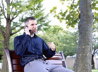 公園で電話しながら怒っているアメリカ人男性の写真・画像素材[3820963]