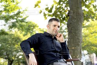 公園でリラックスしている外国人男性の写真・画像素材[3820969]