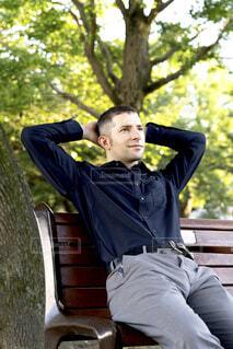 公園でリラックスしている男性の写真・画像素材[3820970]