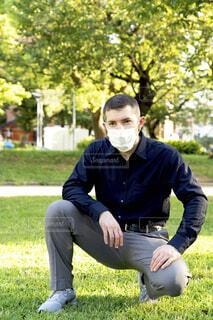 公園でマスクをしている外国人男性の写真・画像素材[3820975]