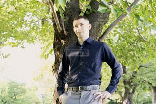 木の下で立っている男性の写真・画像素材[3820973]