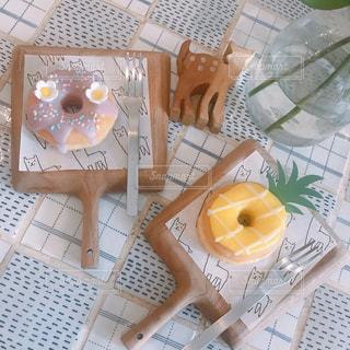 テーブルの上に座っているドーナツの写真・画像素材[3112575]