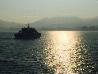 山を背景に海に浮かぶ船の写真・画像素材[3075060]