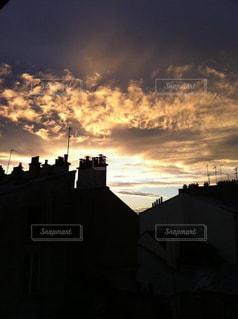 パリのアパルトマン。夕焼けの写真・画像素材[3070217]