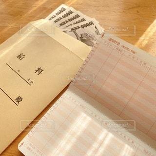 通帳とお給料袋とお給料の写真・画像素材[3596921]