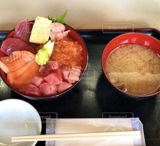 海鮮丼とお味噌汁の写真・画像素材[3599234]