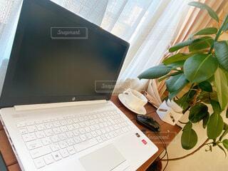 自宅でリモートワークの写真・画像素材[4257018]