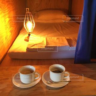木製寝室とコーヒーカップ☕️の写真・画像素材[3076956]